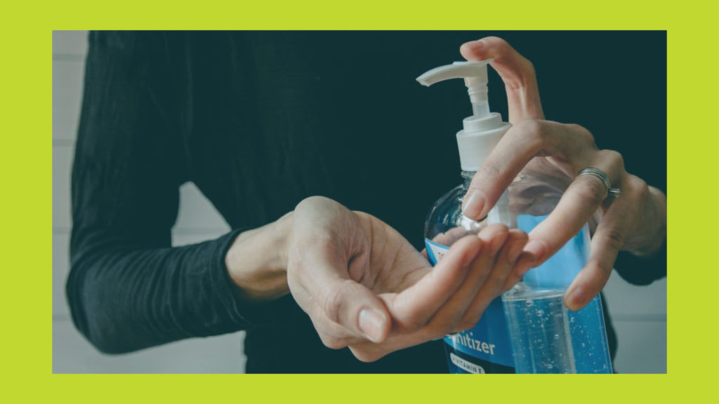 A woman applies hand sanitizer | Une femme applique un désinfectant pour les mains